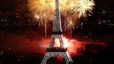 Explosion de feux d'artifice devant la Tour Eiffel