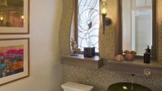 Salle de bain aux murs couleur sable