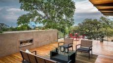 Grande terrasse en bois à la cheminée
