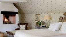 Blanc et motifs floraux pour cette chambre rustique