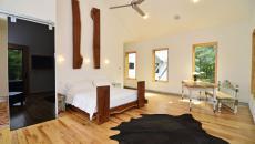 Chambre spacieuse mise en valeur par les touches déco en bois