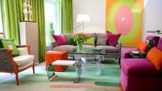 Salon aux couleurs vives et rideaux verts