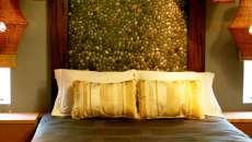 Une touche rustique dans la chambre avec le mur / tête de lit en cailloux