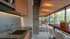 côté cuisine et salle à manger en bois