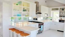 Design blanc et placards ouverts pour cette cuisine