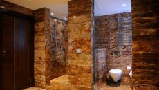 Salle de bain entièrement en marbre