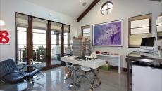 Bureau contemporain tout en blanc à la maison