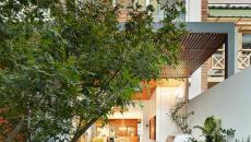 Terrasse en longueur dans une arrière-cour