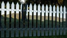 barrière originale en miroir dans le parc