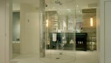 Cabine de douche design transparent et futuriste