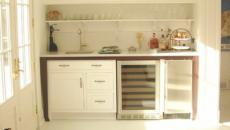 Belle petite cuisine aménagée en blanc