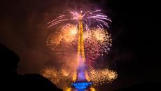 Jolie bouquet de feux à la Tour Eiffel