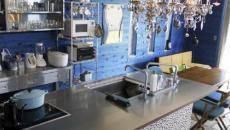 cuisine design original et lambris bleu