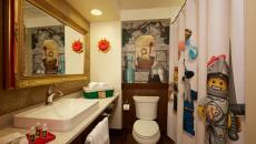 Salle de bain dans l'hôtel design Lego