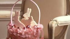 panier de pâques à œufs et fleurs roses