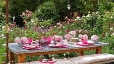 Thème de déco en rose pour cette table de jardin