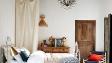 Chambre rustique aux poutres et porte en bois non traité