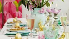 table de repas avec fleurs spéciale Pâques