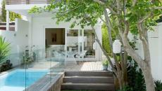 Aménagement extérieur avec piscine et verdure