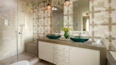 Salle de bain en beige et grande cabine de douche design