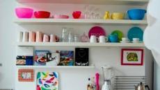 etageres ouvertes vaisselles multicolore