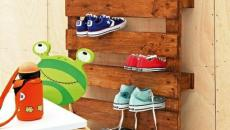 Palettes en bois transformées en étagères chaussures