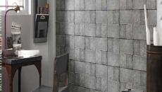 Salle de bain design aux papiers peints trompe l'œil