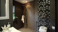 Décor sombre pour cette salle de bain moderne