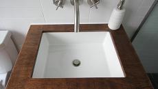 lavabo carré et cadré en bois verni