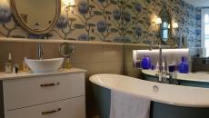 salle de bain design luxe baignoire en couleur