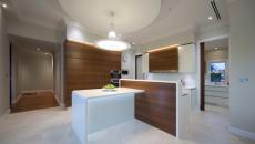 belle cuisine minimaliste en blanc et bois