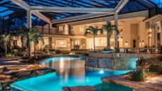 maison avec piscine luxe éclairée dans la nuit