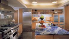 Le granit et le bois massif dans la cuisine