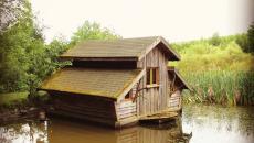 cabane dans le lac avec barque