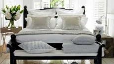 chambre à coucher en blanc et bois sombre
