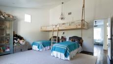 grande chambre d'enfants aux lits supplémentaires suspendus