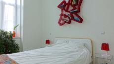 déco blanc et rouge chambre moderne