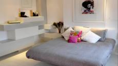 chambre moderne en blanc gris et coussins fouchsia