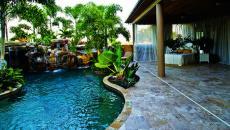 terrasse et piscine exotique avec chambre
