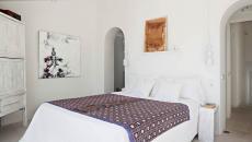 chambre à l'ameublement simple villa de luxe