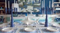 salle à manger originale déco table chandeliers bleus