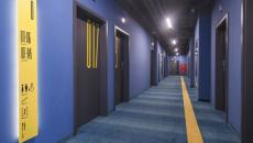 rez-de-chaussée coloré en bleu et jaune