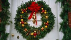 couronne classique pour Noël porte d'entrée