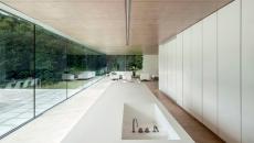 résidence de standing avec cuisine minimaliste blanche