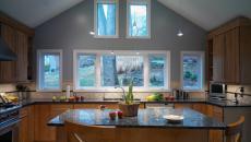 Petite cuisine en bois et comptoir de granite