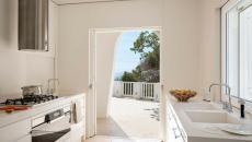 cuisine moderne en blanc maison exotique de vacances