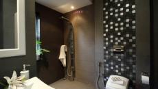 toilettes et salle de bains foncées