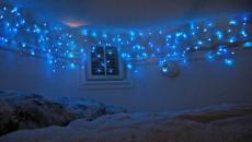 guirlande bleue de Noël dans la chambre