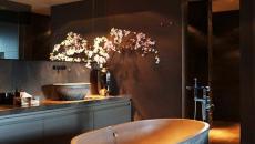 sombre et élégante salle de bain inspiration asiatique