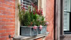 décorer les fenêtres pots de fleurs pour Noël